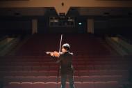 拉小提琴的人物图片_10张