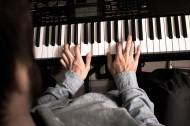 弹钢琴的音乐爱好者图片_10张