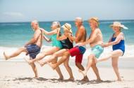 老年人海边运动聚会度假图片_15张