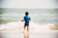 在海边玩耍的可爱儿童图片_11张