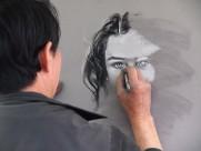正在画画的画家图片_12张