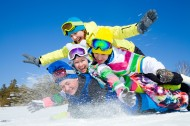 開心滑雪的一家人圖片_20張