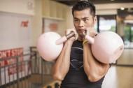 在健身房里健身的男人图片_15张