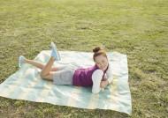 假期女生草地玩耍图片_23张