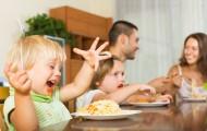 餐桌上家庭聚餐的一家人图片_15张