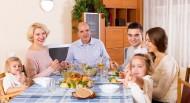 温暖的家庭餐桌上聚餐图片_19张