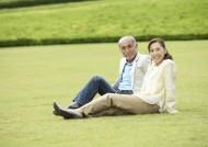 老人在户外草地休闲运动图片_29张