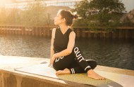 练习瑜伽的美女图片_12张