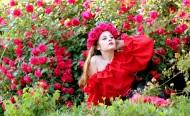 头上带着玫瑰花花圈的美女图片_13张