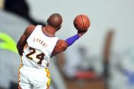 拿着篮球的男士图片_10张