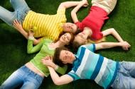 躺在草地上的年轻人图片_16张