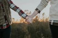牵着手的情侣图片_12张