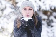 冬天戴着手套的女孩图片_11张