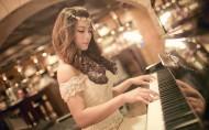 弹钢琴的少女图片_14张