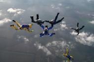 蓝天上跳伞运动员图片_14张