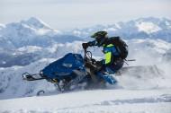 在雪山里开着雪地车的人图片_12张