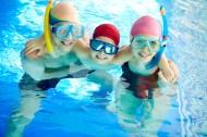 游泳池里的一家人图片_9张