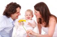 父母身旁的婴儿图片_11张