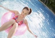 泳池边带泳圈的美女图片_19张