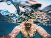 在水中游泳的人图片_12张