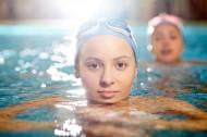 游泳的美女图片_10张