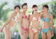 游泳池边美女图片_24张