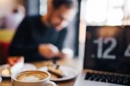 在咖啡廳里喝咖啡的男人圖片_10張