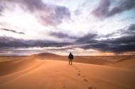人们走在沙漠的图片_12张