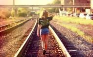 走在阳光下的少女图片_23张