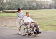 坐轮椅的中老年人图片_34张
