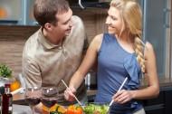 在厨房做饭的情侣图片_10张