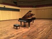 放置的钢琴与琴凳图片_9张