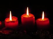 点燃的红色蜡烛图片_16张