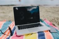 沙灘上的電腦和手機的圖片_12張