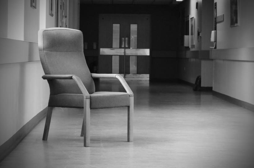 点击大图看下一张:孤独的空椅子图片