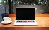 桌子上打開的筆記本電腦圖片_9張