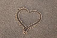 画在沙滩上的心形图片_10张