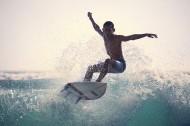 海上冲浪的少年图片_9张