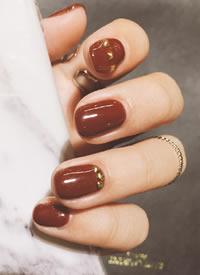 显白又好看的棕红色新年美甲图片参考