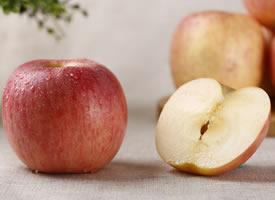苹果圆圆的,像小皮球一样大小,遍身平滑光亮