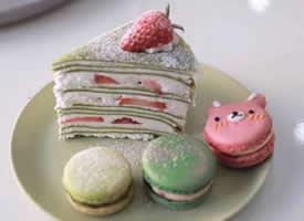 一组小清新感的抹茶草莓千层蛋糕