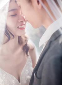 树叶间隙里透出一道道温暖的光束,梦幻森系婚纱照是时代的潮