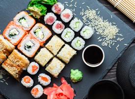 一組精致味道特別的美食壽司圖片
