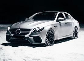 银色超帅的雪地里的奔驰AMG E63S图
