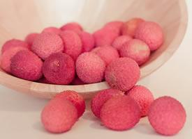 荔枝的果肉被一层淡粉色的薄膜紧紧的包裹着,散发着诱人的香味