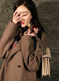杨幂穿棕色大衣优雅大气,用撞色衣领做点?#28023;?#20302;调?#22411;?#38706;精巧华丽