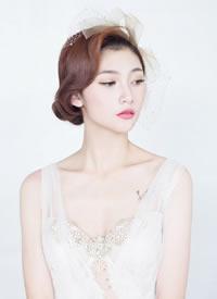 不论是发型照样婚纱,充分展示出线条感