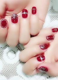 一組紅紅的有美好寓意的新娘美甲圖片