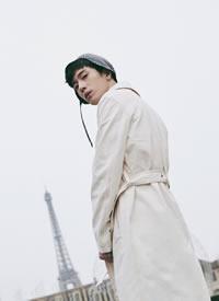 井柏然身穿LOEWE白色风衣好像迎风而立的小王子,刺眼无能