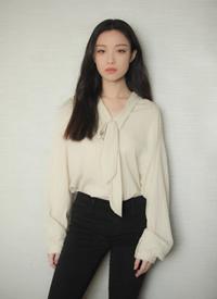倪妮米色衬衫搭配黑色长裤和短靴,简约大方,凸显好气质